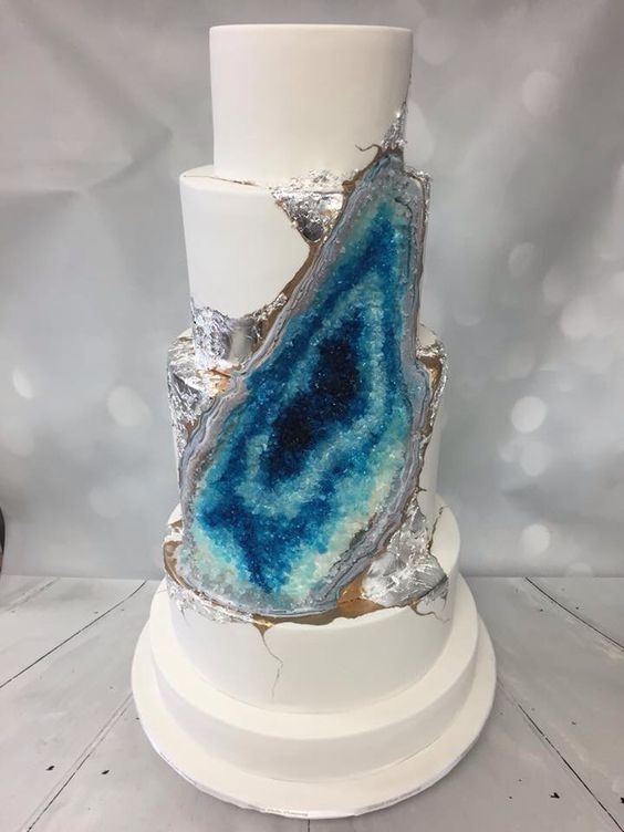 blue geode wedding cake with a silver edge is suitable for seaside weddings