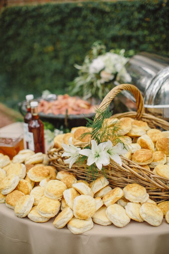 serve buns in your wedding bar in baskets, it'll look very homey