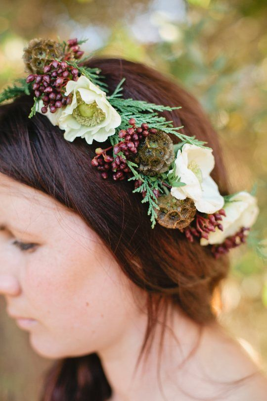 this textural crown is a nice alternative to usual flowers ones that we see in the spring and summer