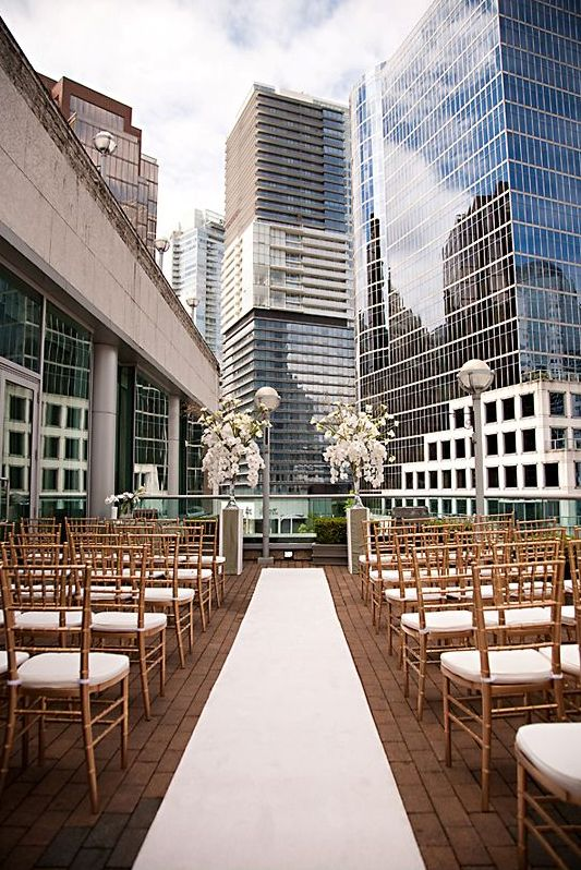 modern wedding aisle with skyscrapers in the backdrop