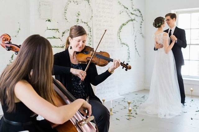 The bride's friends musicians played classics