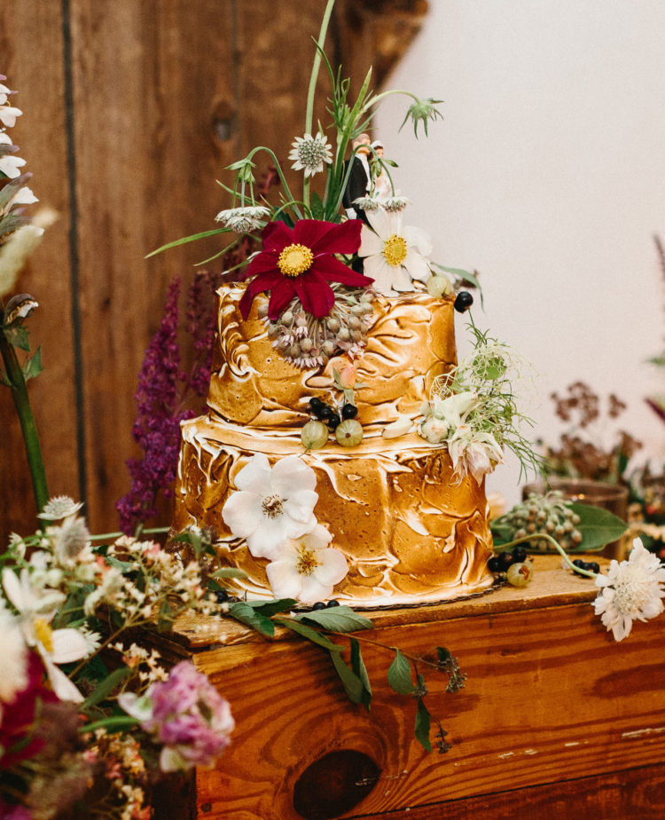 The wedding cake was a merengue and vanilla one with almonds and topped with fresh flowers