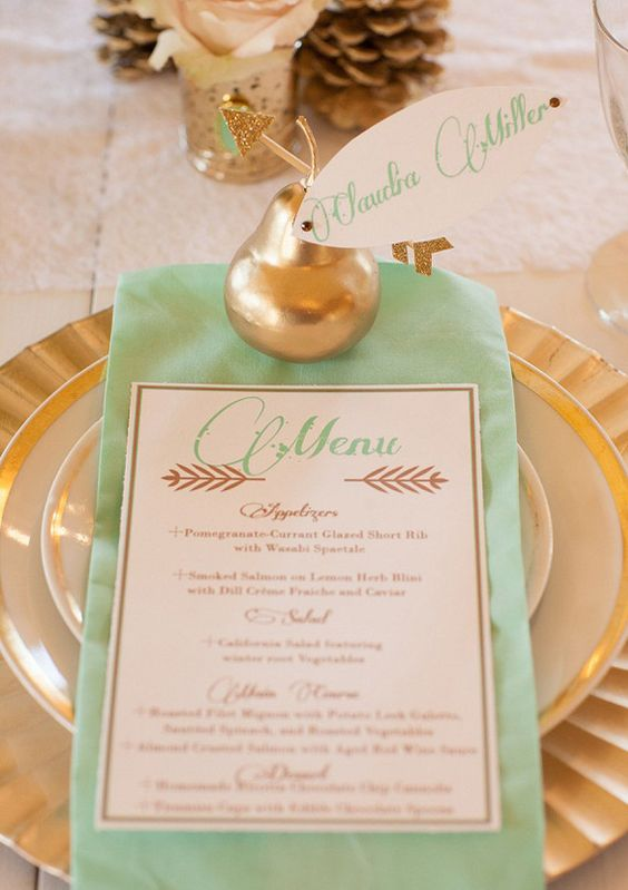 gold chargers and mint napkins