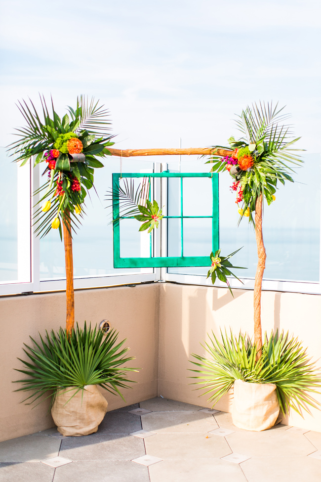 The wedding arch was made of sticks and a turquoise frame for a bold accents, the flowers are the same as in the bridal bouquet
