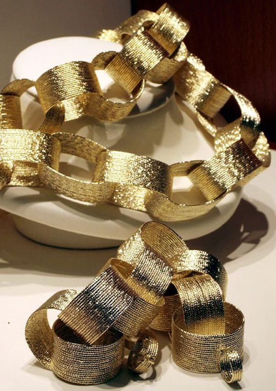 a gold paper chain could easily transform an entire room or a small corner into New Year's Eve focal point