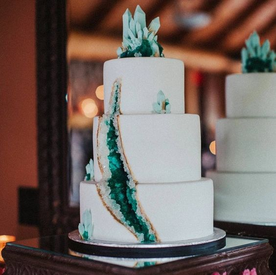 emerald wedding cake with gold touches and emerald geode topeprs
