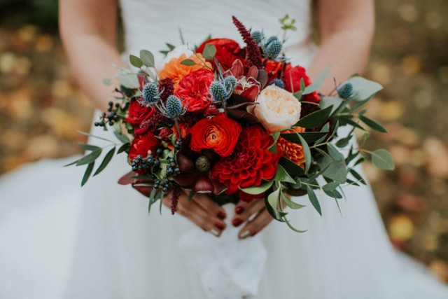 The bridal bouquet was a rustic and messy one, I totally love the textures