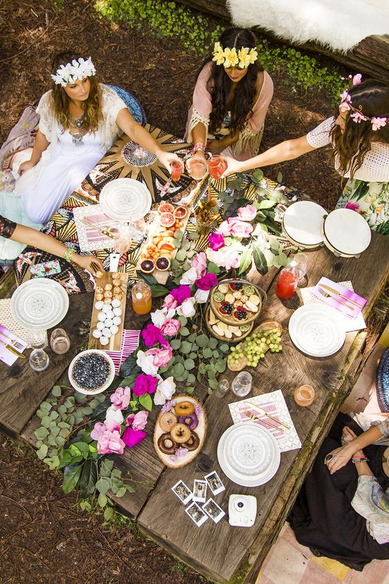 a pallet table decorated with a bold flower garland is a perfect idea