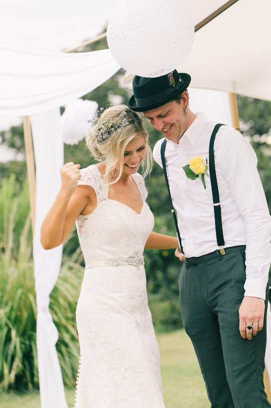 The groom was dressed in an informal way, with grey trousers, a white shirt, a black hat and suspenders