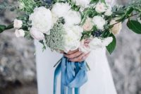38 bouquets look very romantic with blue ribbon