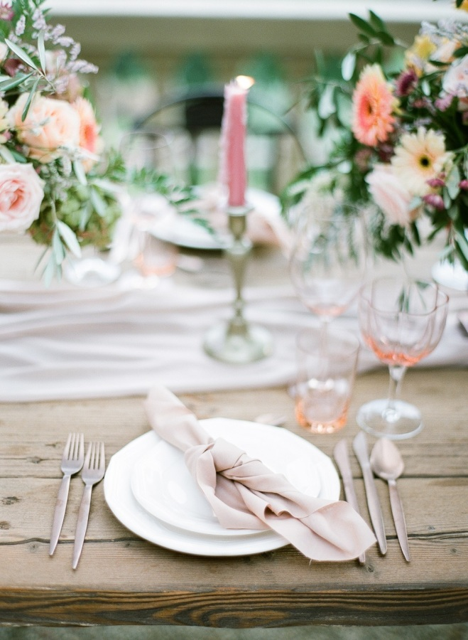 Pink glassware, pastel florals and dusty pink napkins were used for a chic look