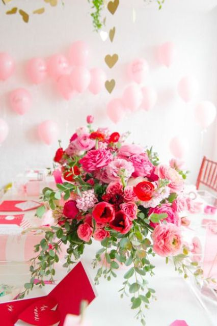 bold red and pink floral centerpiece looks very eye catchy