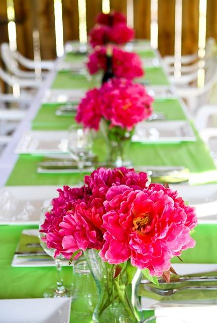 green placemats and bold pink flowers for colorful wedding decor