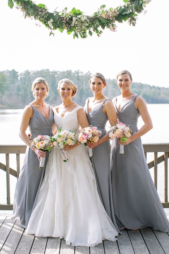 grey V-neck bridesmaids' dresses and pink bouquets