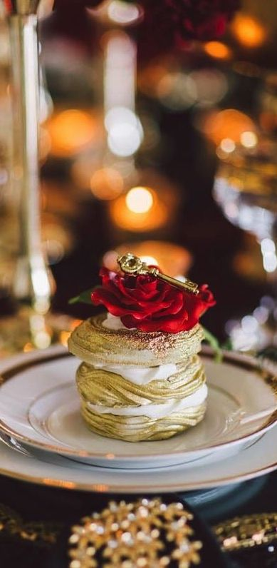 gold indivisual cake with a red rose and a key