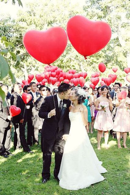 give red heart-shaped balloons to everyone to get amazing photos