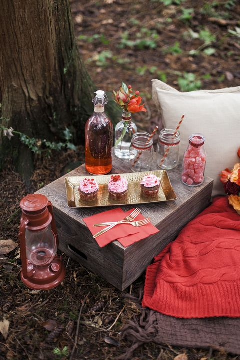 red touches for your romantic wedding picnic