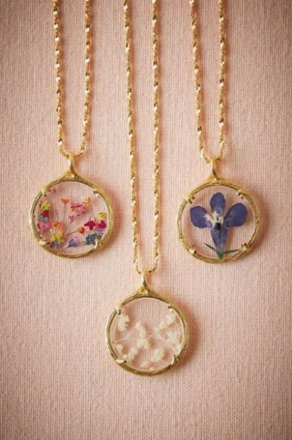 wildflower necklaces as bridesmaids' gifts
