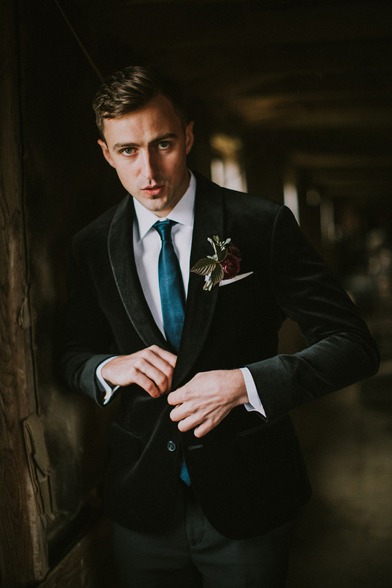 The chic groom's look was made of a black velvet jacket, black pants, a white shirt and a teal tie, such a refined combo