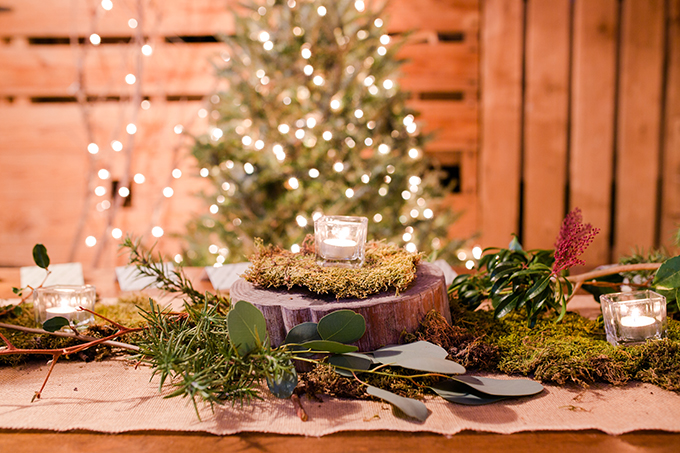 Look at this lush greenery and wood slices, what can be cozier and more festive