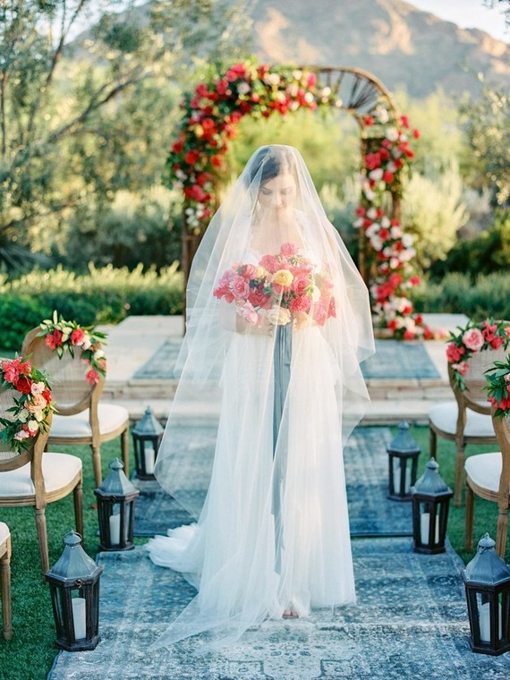 I totally love the bridal look with a sweet flowy dress, a long veil and simple nautral makeup
