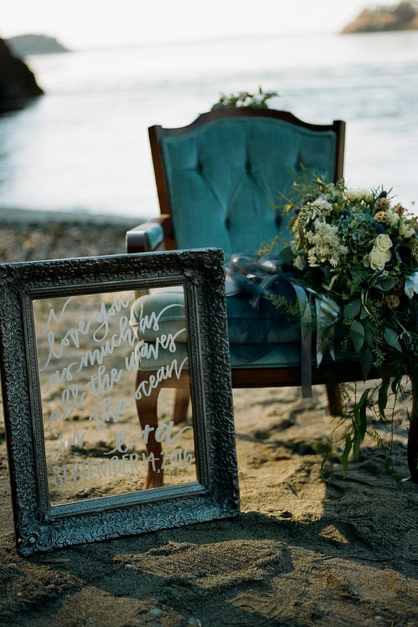 Using a vintage mirror as a wedding sign is cool and refined idea, try it