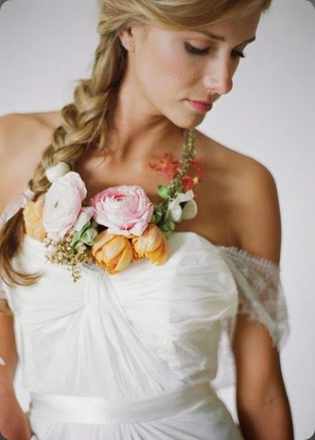 cute floral necklace with fresh blooms to add a colorful touch to the bridal look