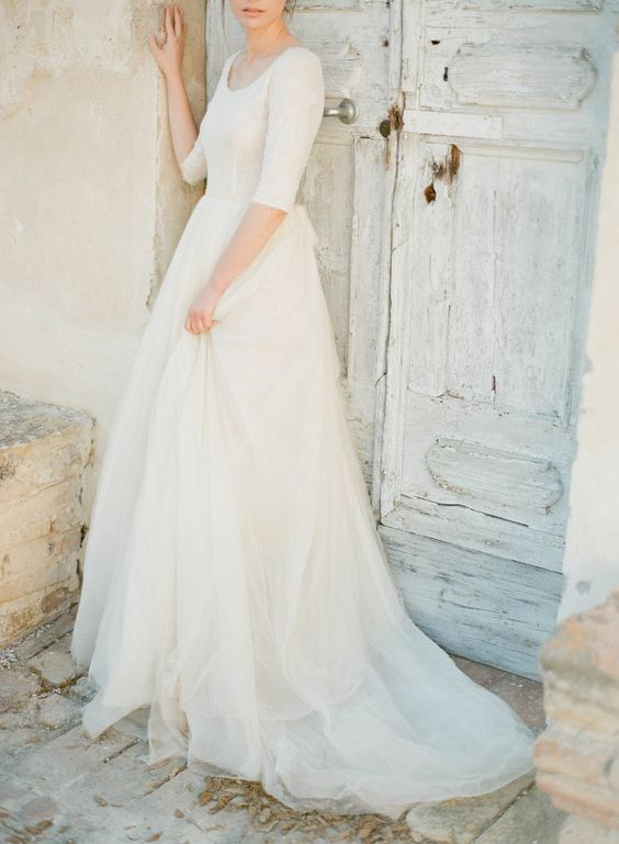 casual wedding dress with short sleeves, a lace bodice and a tulle skirt
