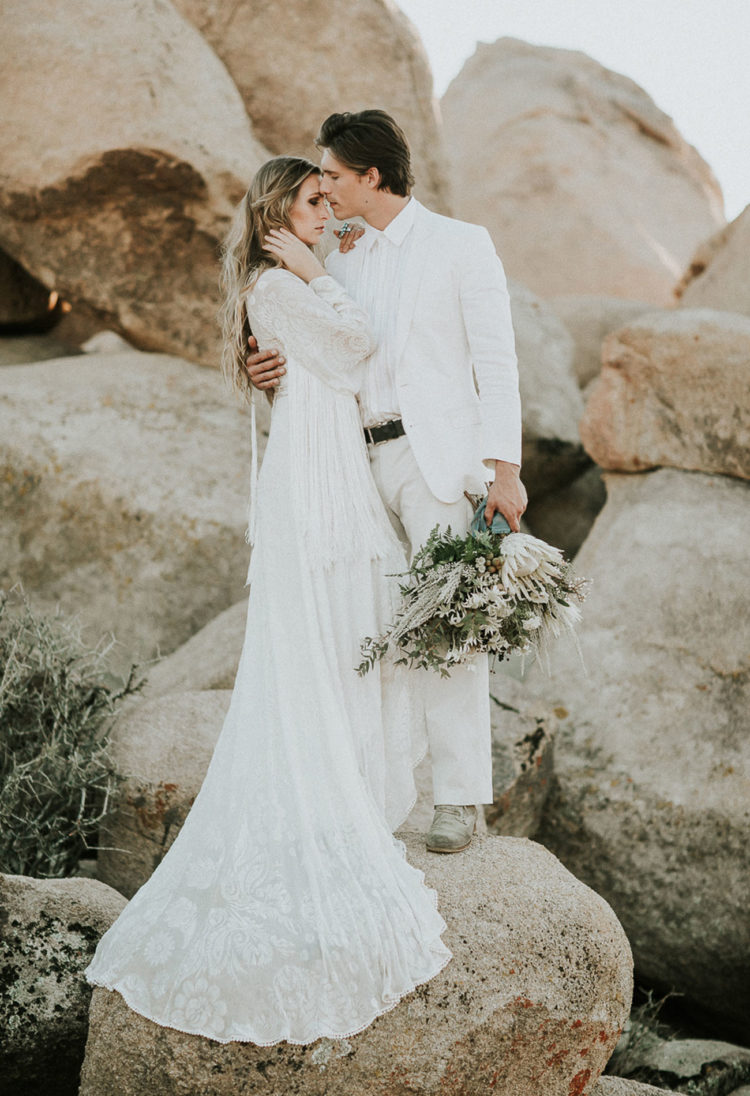 This cool wedding shoot took place in the desert, in Joshua Tree, and it's full of gorgeous ideas for the couples who want something boho