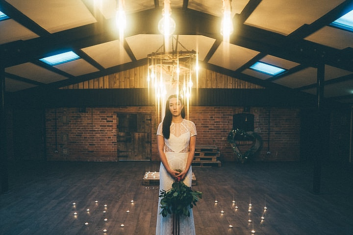 This luxurious wedding shoot is full of mystic details and dark romance, it inspires for a trendy moody wedding