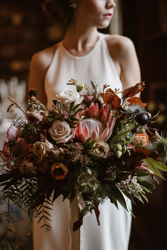 Just look at that oversized messy bouquet with king proteas, thistles and various greenery