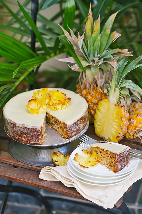 one-tier pineapple wedding cake with icing
