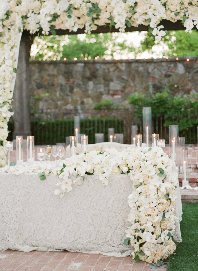 Touches of glam and elegance can be seen everywhere, just look at this lush floral garland and candles