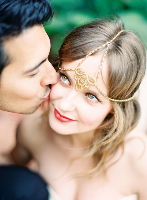 a gold chain bridal headpiece adds a Moroccan vibe