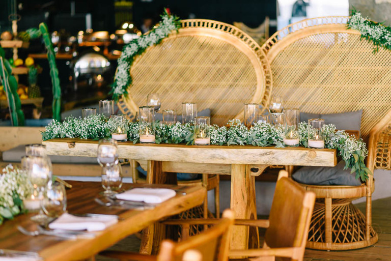 The decor of the tables was minimal, the stylists opted for baby's breath and candles