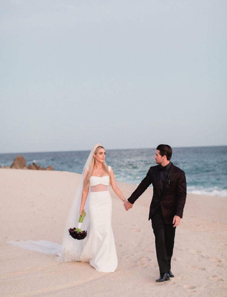The same dark callas were carried by the bride herself