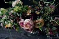 10 moody statement floral decoration and black plates