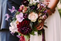 11 burgundy dahlias and ranunculus are ideal to make the bridal bouquet moody