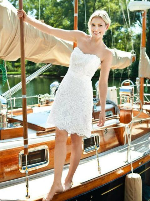 a short strapless lace wedding dress is ideal for a beach eolpement