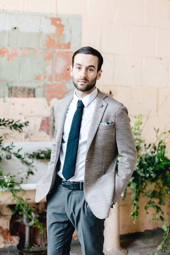 The groom's look was with grey pants, a white shirt, a navy tie and a taupe jacket