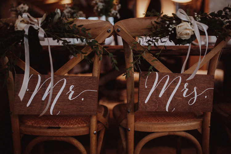 Rustic wedding decor and much wood was a nice idea to feel cozy in the winter