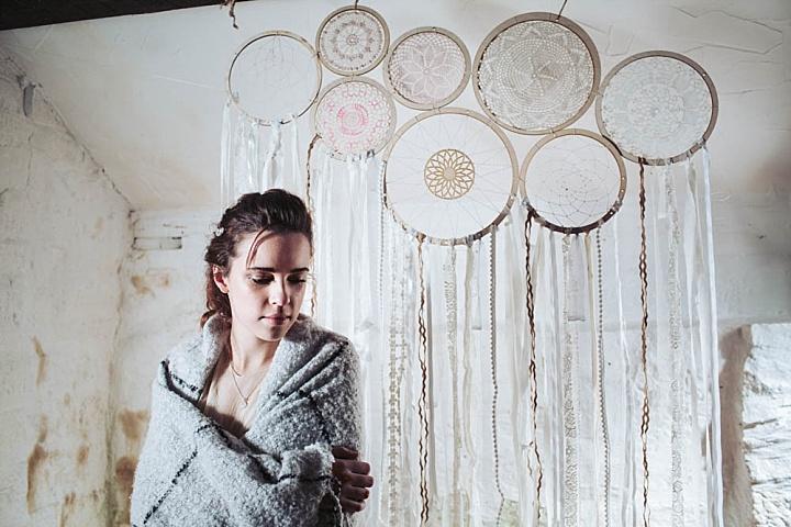 Der Hochzeits-Kulisse war aus Traumfänger, Deckchen und Bänder eingefügt Stickerei hoops