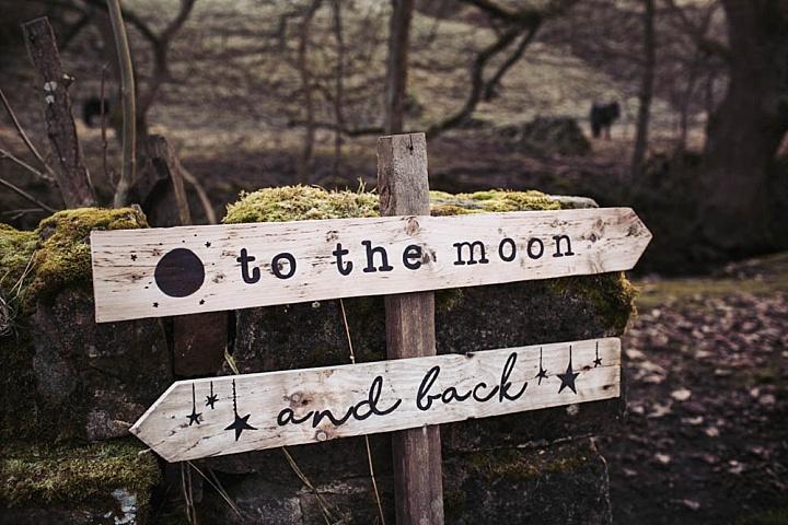 Eine Rustikale Hochzeit Zeichen mit dem Mond, Sonne und Sternen, Motive