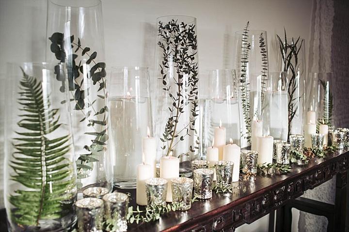 Grün in hohen Vasen und eine Menge von Kerzen ist eine wunderschöne Idee, die auch sehr budget-freundlich