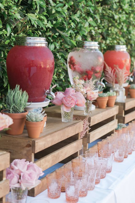 pallet stands for drinks, favors and just flowers is a burget-friendly idea for a rustic party