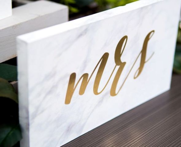 Mr&Mrs marble calligraphy signs for a modern wedding