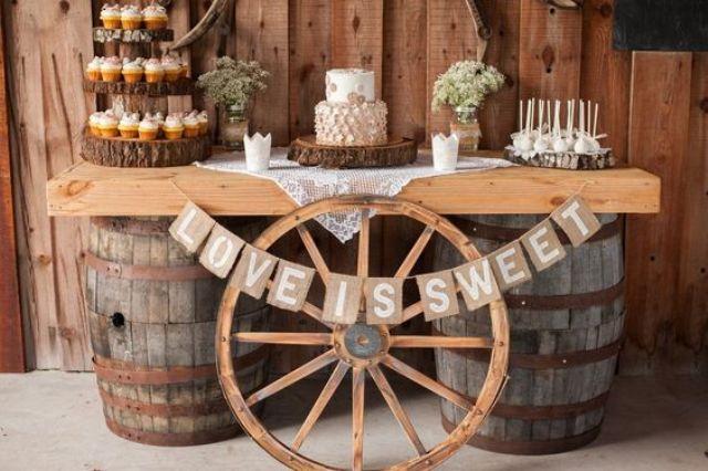 eine dessert-bar auf Fässern, mit einem Rad, ein sackleinen banner und Holz-Scheiben für die Anzeige
