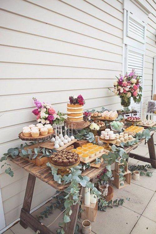 einen rustikalen Holztisch für eine dessert-bar, hölzerne Kästen mit Kerzen und Eukalyptus für Dekor