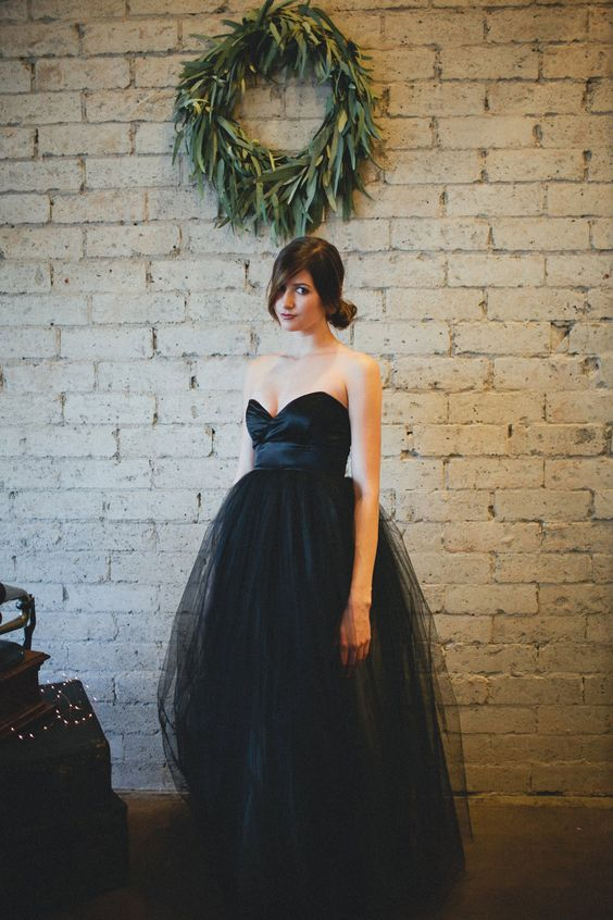 strapless sweetheart wedding dress with a full tulle skirt