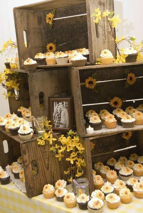 Holzkisten für die Anzeige von Speisen und desserts mit saisonalen Blumen und Fotos